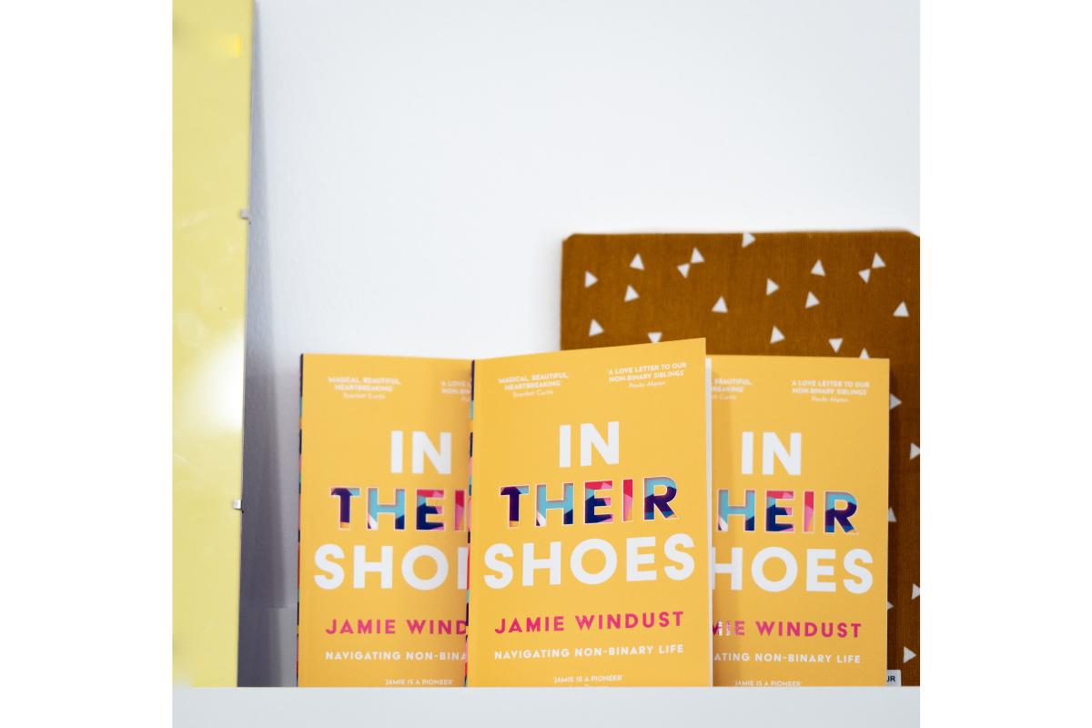 """Drei Ausgaben des Buches """"in their shoes"""" stehen mit dem Cover nach vorne im Regal."""